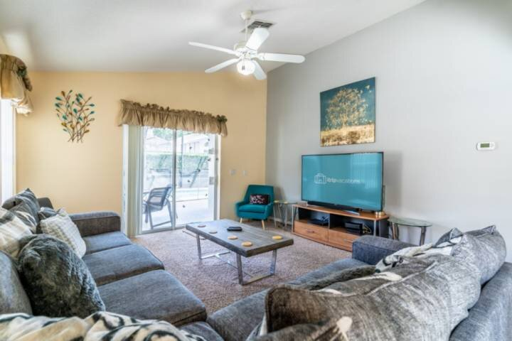 Spacious & Bright Family Living Room w/Comfortable Seating, Flat Screen TV and Pool Access