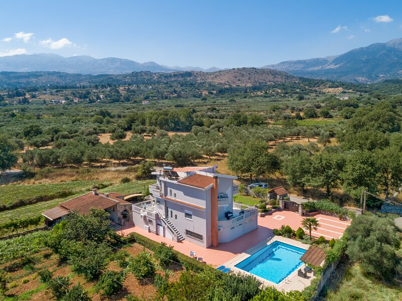 Villa Marianna, brilliant property for family vacations in authentic Crete, vacation rental in Filippos