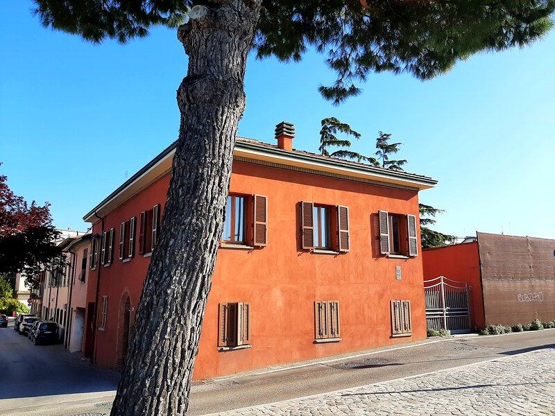 Sul porto canale,vista Ponte Tiberio e Borgo S.Giuliano, freeWIFI,A/C,posto auto, holiday rental in Province of Rimini