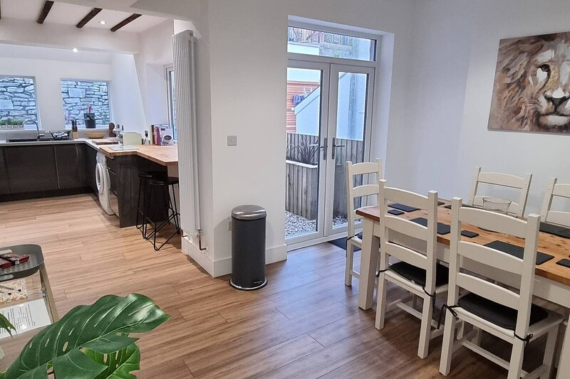 Modern 4-Bedroom Townhouse With Private Garden, holiday rental in Cwmbran