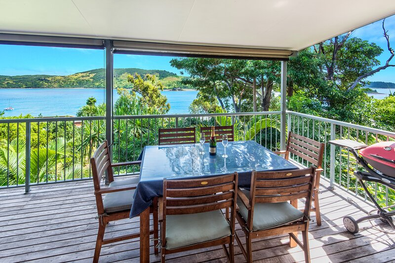 Ocean View House + Buggy Heliconia 10 & Airport Transfers, holiday rental in Hamilton Island