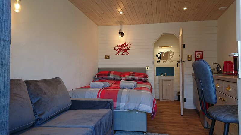 The Dragons Den Farm Stay Snowdonia Coast Double Bed, aluguéis de temporada em Dolgellau
