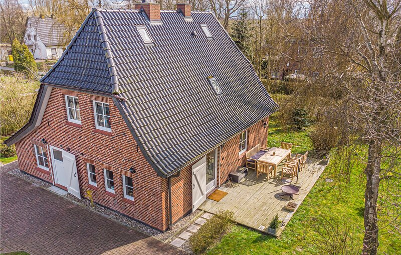 Beautiful home in Osterhever with WiFi and 4 Bedrooms (DSL104), location de vacances à Vollerwiek