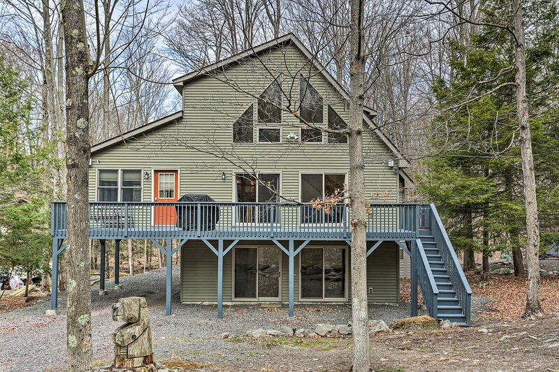 NEW! Peaceful Poconos Cabin w/ Lake Access & Views, holiday rental in Newfoundland