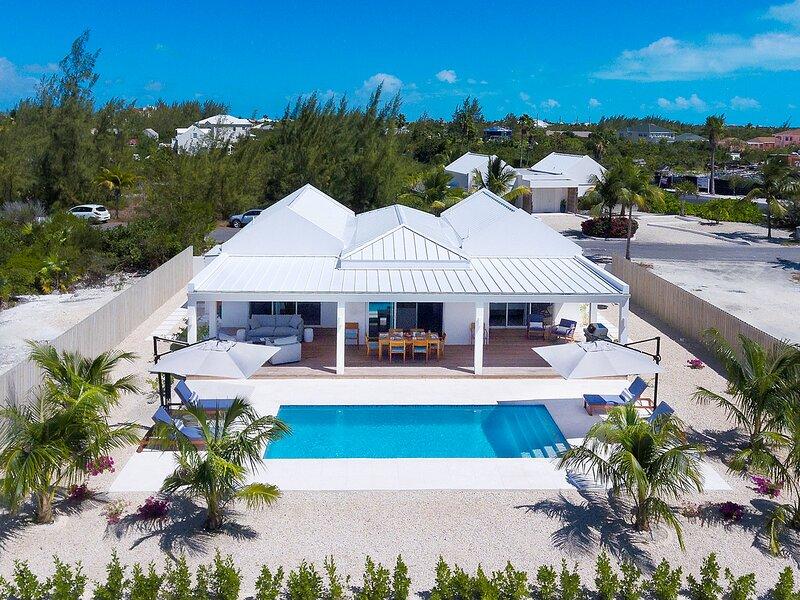 Villa Alee - Brand new luxury villa - Only 10 min walk to Grace Bay beach!, holiday rental in Leeward