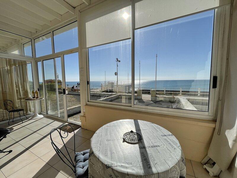 Appartement front de mer dans résidence, vue exceptionnelle, holiday rental in Sartilly