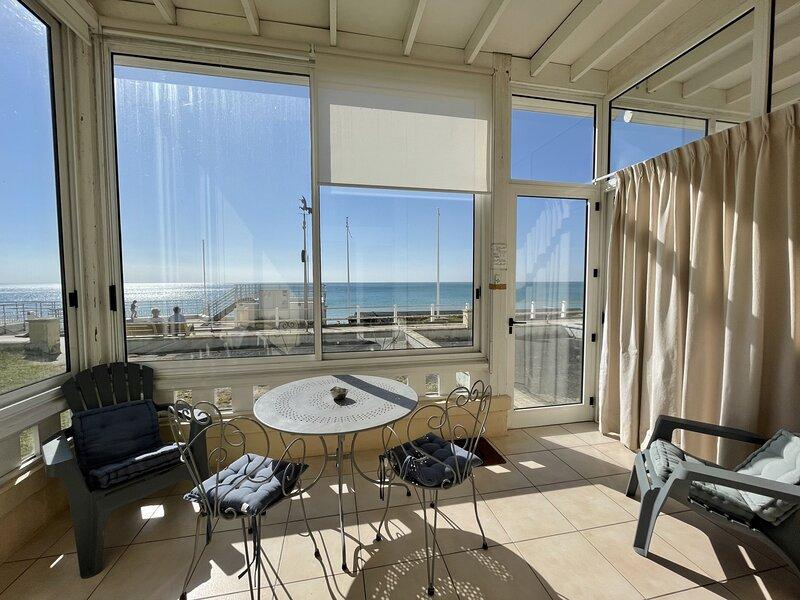 RESIDENCE LE CASINO-DUPLEX-50M COMMERCE ET DIGUE, vacation rental in La Lucerne-d'Outremer