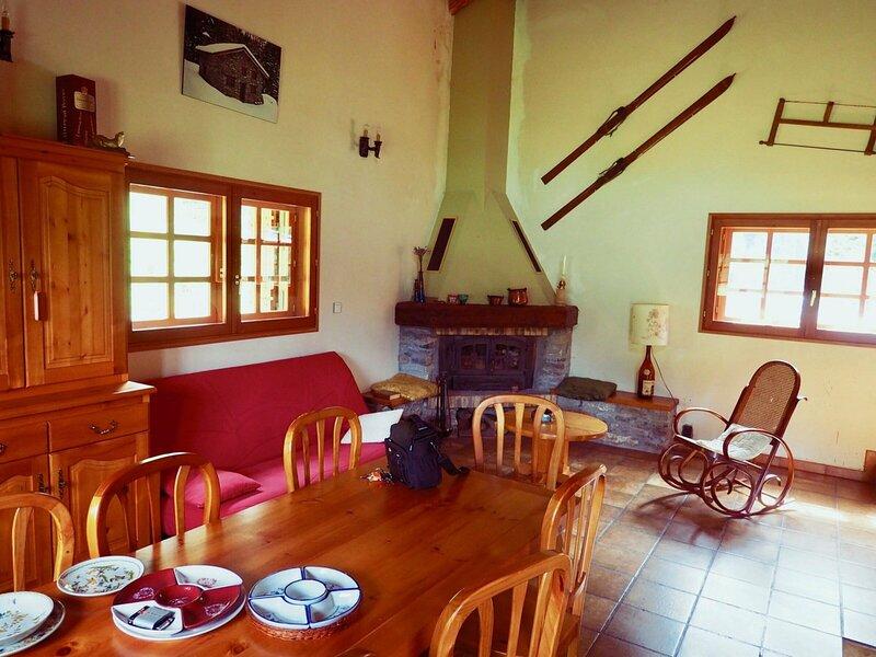 Chalet indiv en prairie et proximité immédiate station, holiday rental in Melezet