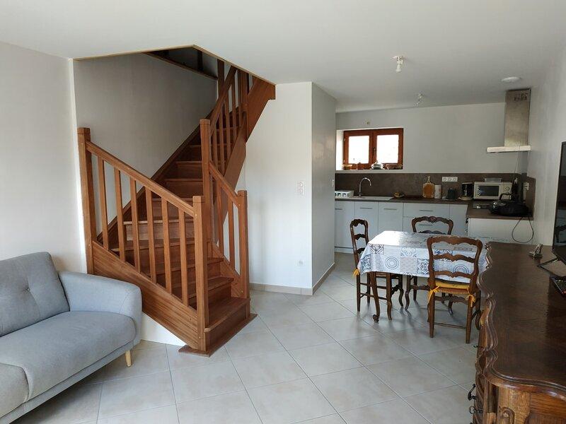 Maison de village sur 3 niveaux exposée sud avec Terrasse, holiday rental in Theus