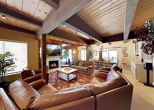 Sprawling Woodland Retreat with 3 Decks & Game Room, alquiler de vacaciones en Zephyr Cove