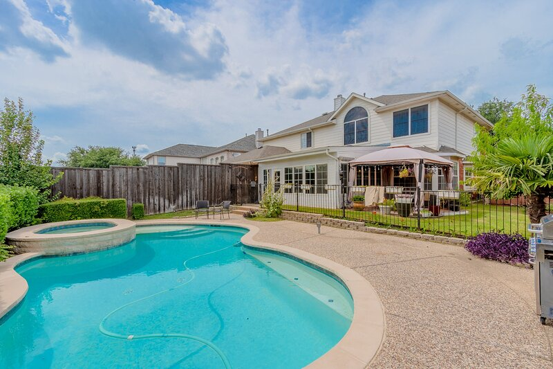 Discount included! Newly Renovated Home with Spacious Interior & Backyard Pool, casa vacanza a Frisco