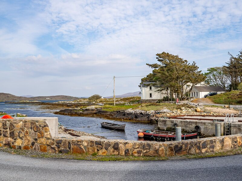 Cannute House - Cannute House set on the shoreline of the Atlantic Ocean along t, holiday rental in Carna