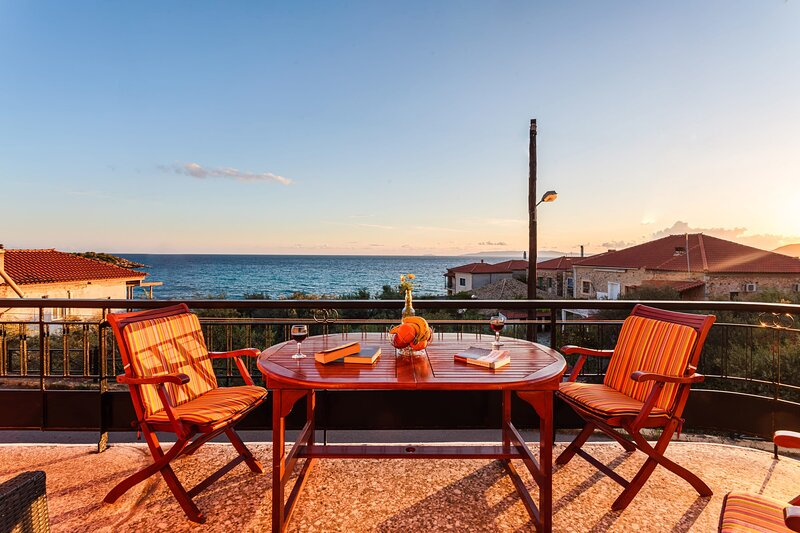 Traditional house with seaview, next to the beach, casa vacanza a Kardamili