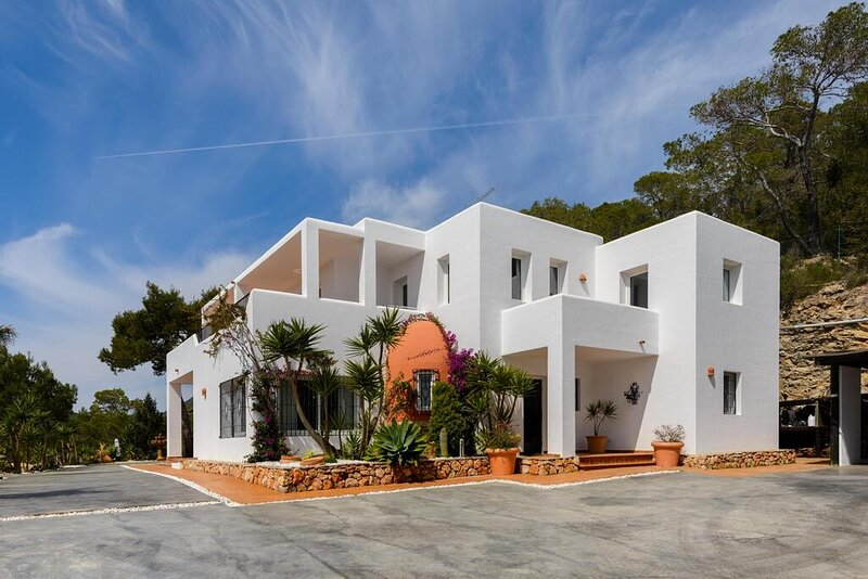 Stunning 5-Bedroom Villa in Ibiza, alquiler vacacional en Sant Josep de Sa Talaia