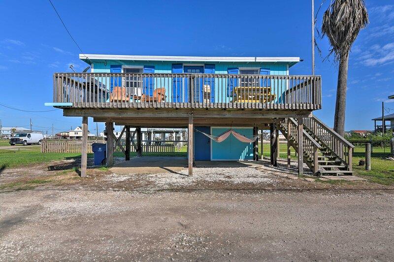 NEW! Colorful Boho-Chic Bungalow Half Mi to Beach!, Ferienwohnung in Brazoria
