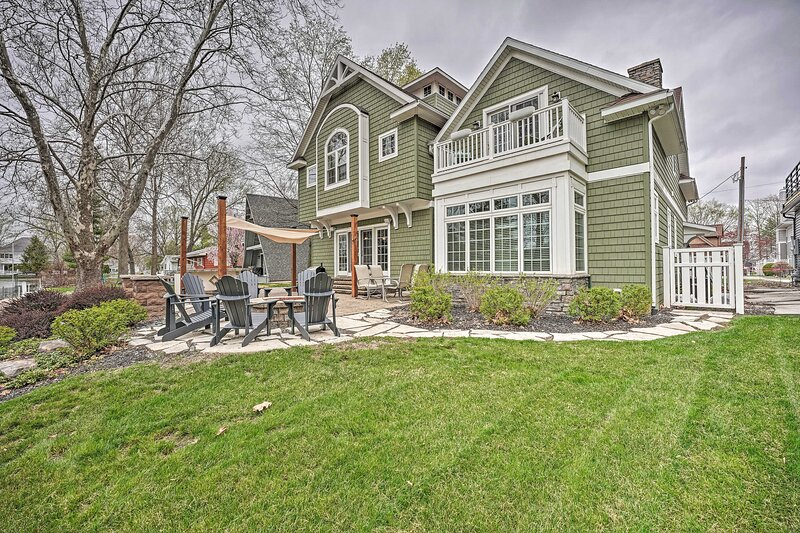 NEW! Large Lake Wawasee Home with Waterfront Oasis, alquiler vacacional en Warsaw