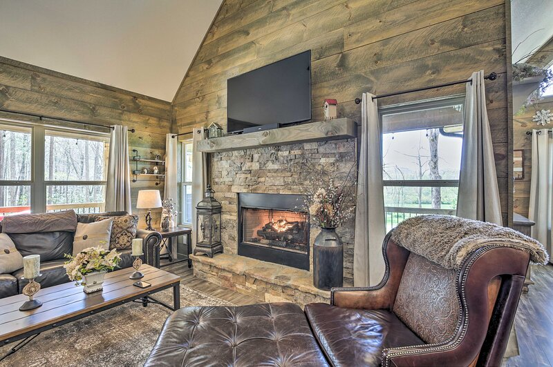 NEW! Updated Blairsville Cabin w/ Fire Pit & Deck!, holiday rental in Young Harris