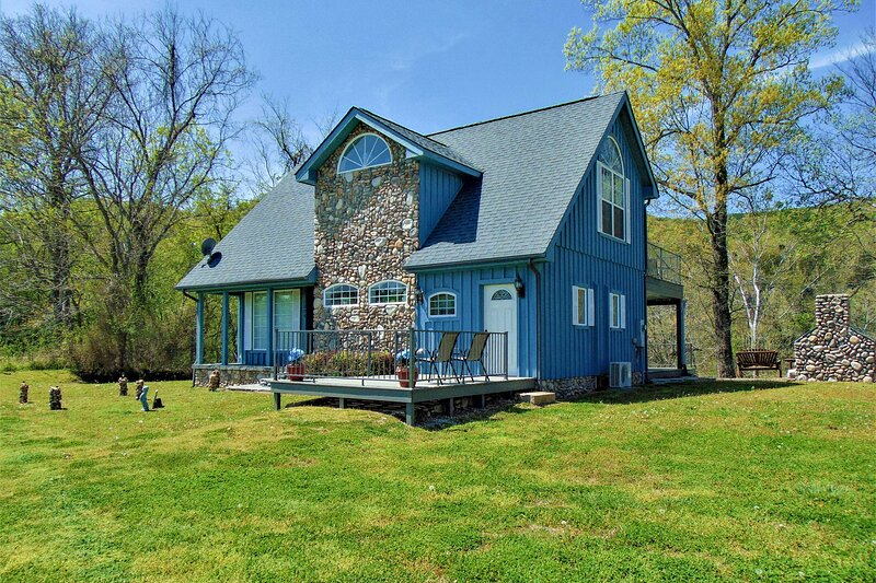 NEW! Ruby's Landing Cottage w/ Deck on White River, vacation rental in Calico Rock