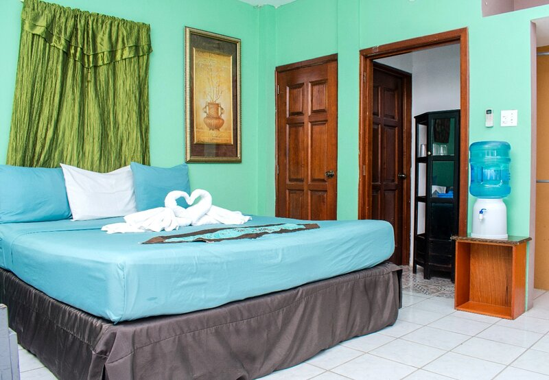 See Belize RELAXING Sea View Studio w/ INFINITY POOL & Overwater Deck, 1st Floor, location de vacances à Belize City