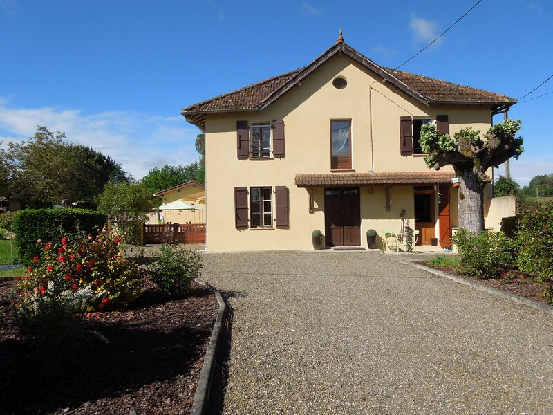 Renovated 4-bed French country house with pool, vakantiewoning in Monguilhem