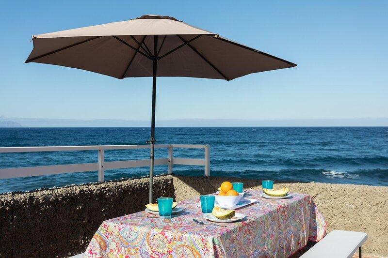 Beach house, 5 meters from the sea wifi by Lightbooking, holiday rental in Las Caletillas