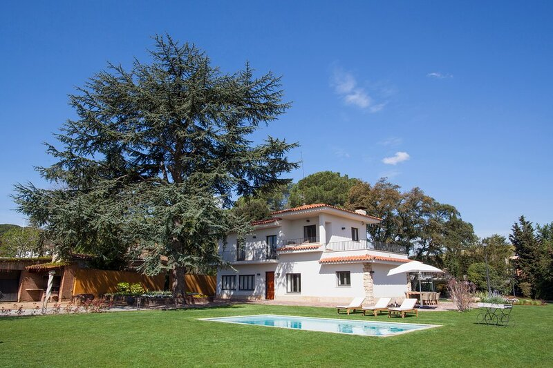 Luxurious house with 5.000 m² garden. Private pool and barbecue., location de vacances à Sant Quirze Safaja