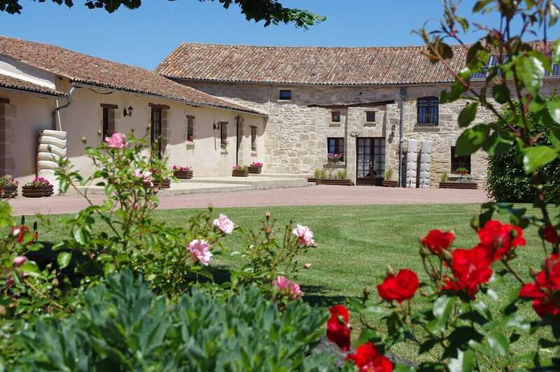 Anjou - Charming Barn in Doué-en-Anjou, France, holiday rental in Deneze-sous-Doue