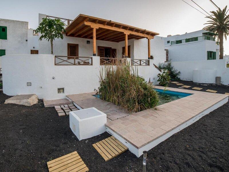 Lanzarote Villa historica con terraza y jardín by Lightbooking, holiday rental in Haria