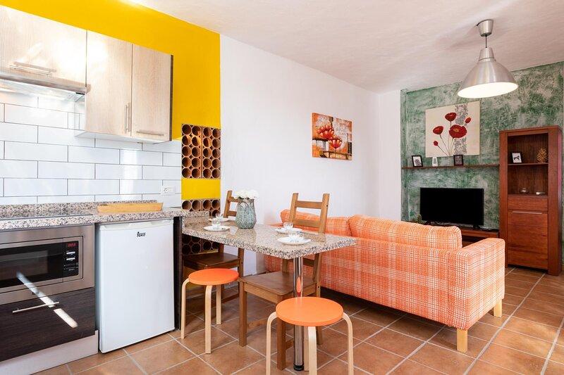 Family house terrace and barbecue by Lightbooking, aluguéis de temporada em Arafo