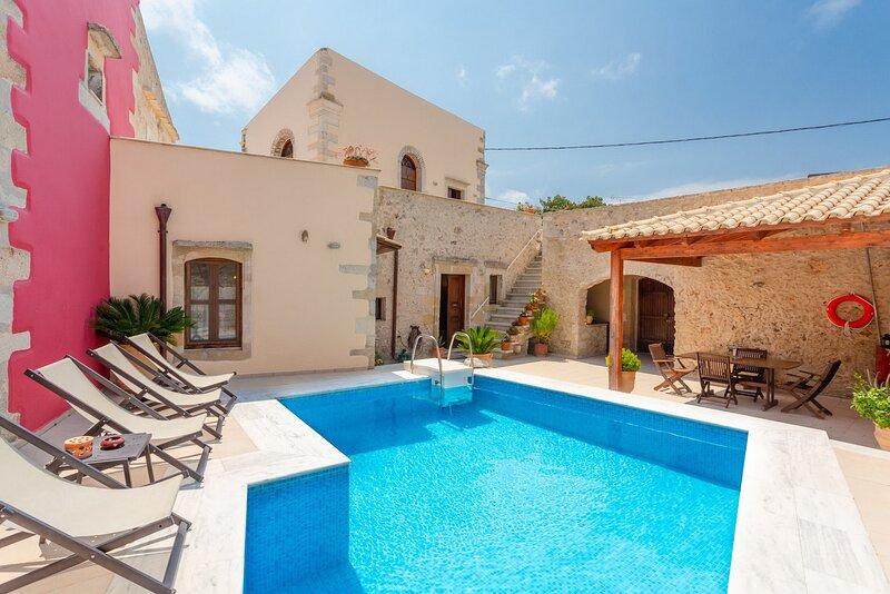 Stunning villa,Private pool,Near tavern and supermarket, holiday rental in Kastellos