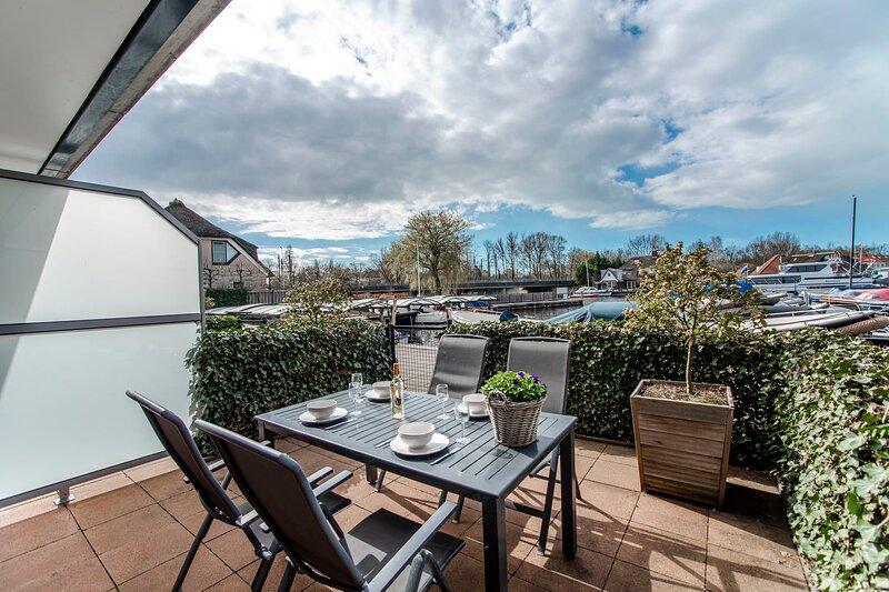 Spacious and luxurious ground flloor apartment - Kaag Resort (4), vakantiewoning in Leiden