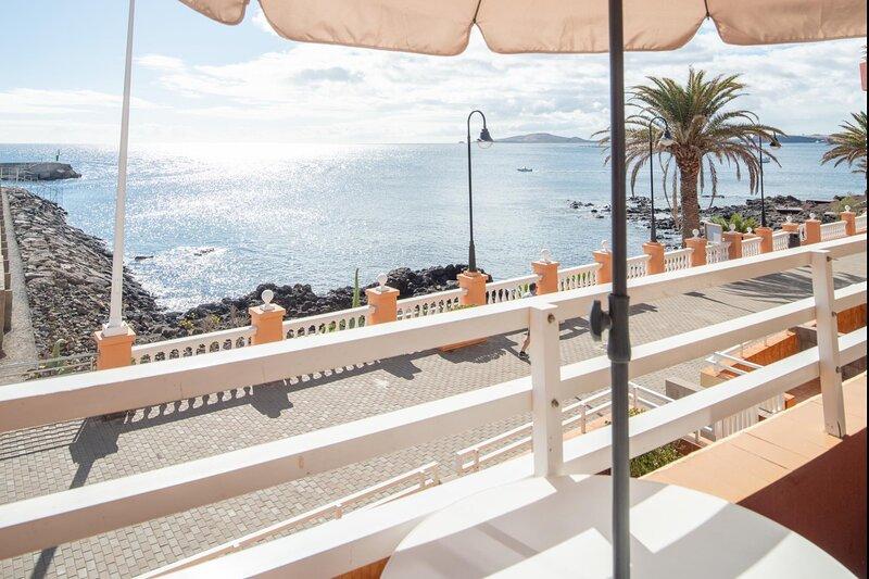 Apartment with sea terrace by Lightbooking, aluguéis de temporada em Telde