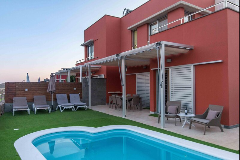 Villa on golf course with private pool, holiday rental in Monte Leon