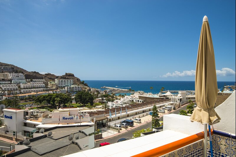 Puerto Rico with balcony and sea view by Lightbooking, location de vacances à Puerto Rico