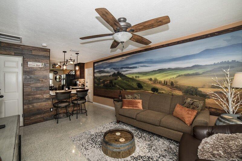 Gulfport Beach Vacation Rental, 2 Bedroom WINE CELLAR THEMED, 5 Star Beach House, alquiler vacacional en Gulfport