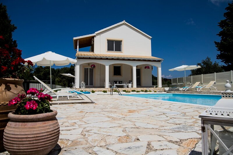 Fedrita stunning mountain and sea views private pool Wifi ac 2 km to the beach., location de vacances à Acharavi