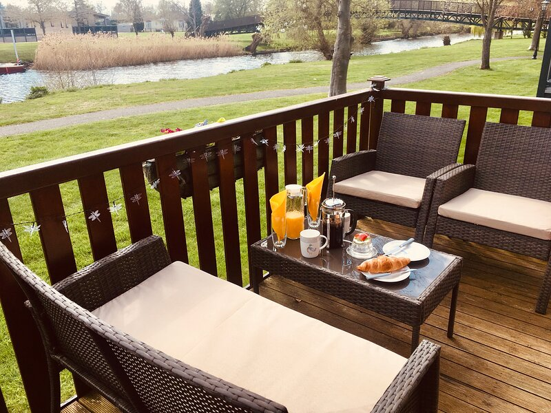 Luxury Riverside Lodge on Premium Site with Clubhouse, holiday rental in Shrewley