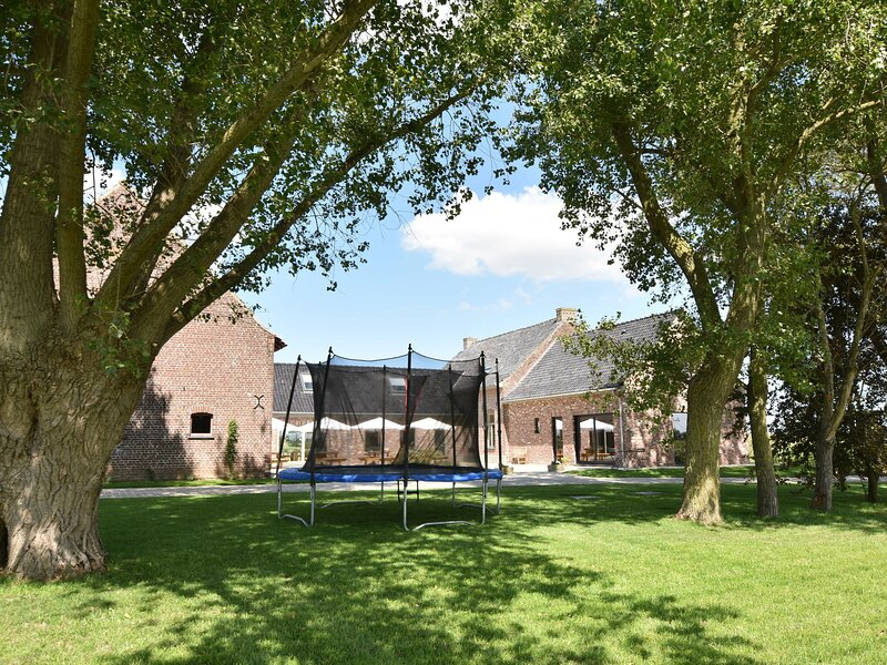 Spacious Holiday Home with Pond in Poperinge, location de vacances à Oostvleteren
