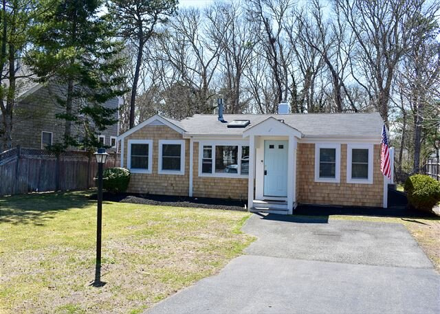 New to 2021 Inventory! Meticulous 3 bedroom, 1 bath home with beachy décor!, vacation rental in West Harwich