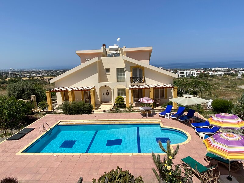 Sunset Villa & half private pool (shared with 2 half villas)&private big garde, vacation rental in Catalkoy