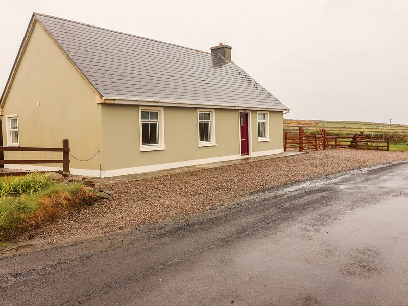 SEA VIEW COTTAGE, pet friendly, country holiday cottage, with a garden in, holiday rental in Carrigaholt