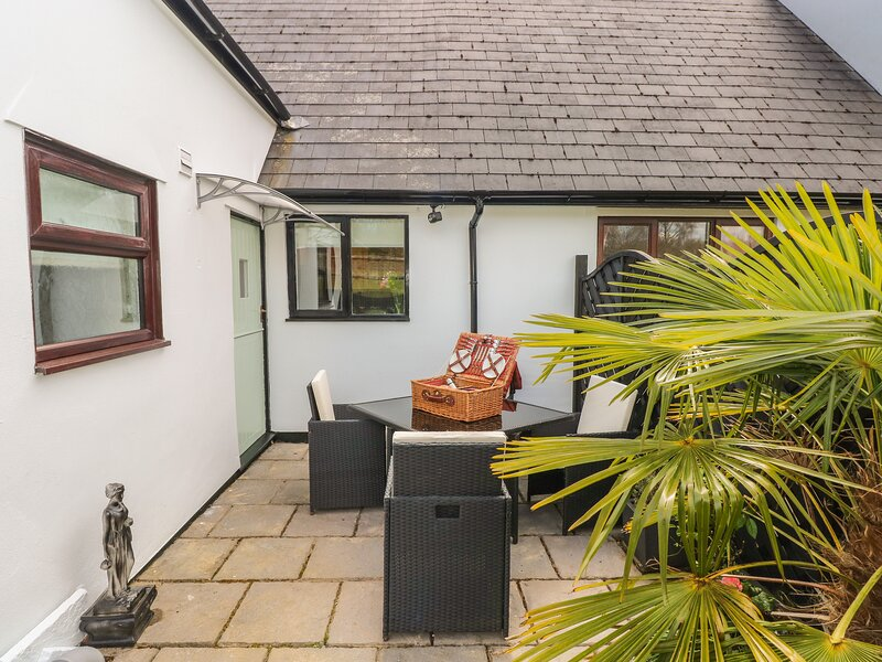 TY MAEN, private lawned garden with furniture, close to pub, great base for, holiday rental in Blackmill