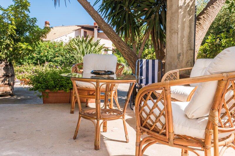 Big independent Villa. Close to the beach, Cefalù at 8 km., vacation rental in Piana Calzata