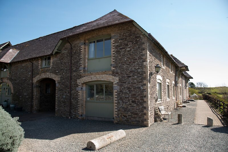 Wonderful Barn Conversion with private gardens and tennis court, vacation rental in Noss Mayo