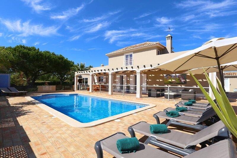 Villa Quinta do Pinheiro | Private Pool & near Marinha Beach | Carvoeiro, holiday rental in Caramujeira
