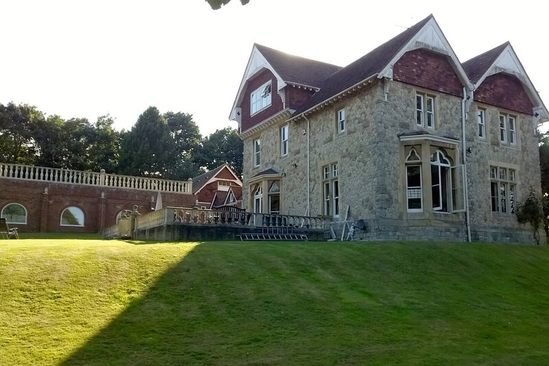 Country Manor House with Indoor Pool and Jacuzzi, holiday rental in Swanscombe