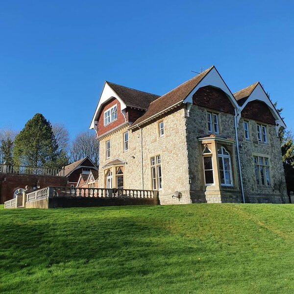 Country Manor House with Indoor Pool and Jacuzzi, holiday rental in Chatham