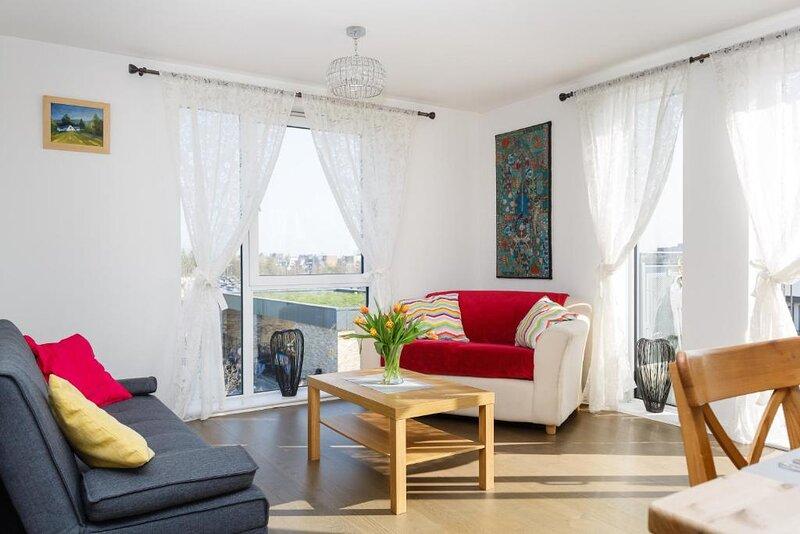 Exquisite Addenbrookes Trumpington Apartment with Parking & Terrace & Sleeps 6, location de vacances à Hildersham