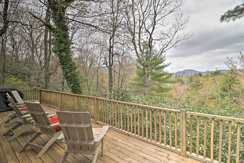 2.5-Acre Lake Toxaway Mtn Retreat w/ Tree House!, holiday rental in Lake Toxaway