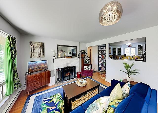 Woodland Garden | Fireplace, Backyard & Hot Tub | 15 Minutes to Wine Country, casa vacanza a Shoreline